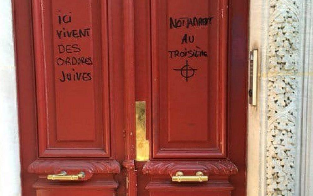 Graffiti antisemita que lee 'La escoria judía vive aquí', en un edificio en París. 'Notablemente en el tercer piso', agrega al otro lado de la puerta, sobre un dibujo de un objetivo. (Gorjeo)
