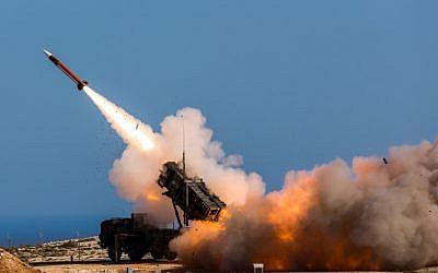Ilustrativo. Los soldados alemanes asignados a Surface Air y Missile Defence Wing 1 disparan el sistema de armas Patriot en la Instalación de misiles de la OTAN, en Chania, Grecia, el 8 de noviembre de 2017. (Sebastian Apel / Departamento de Defensa de los EE. UU., Vía AP)