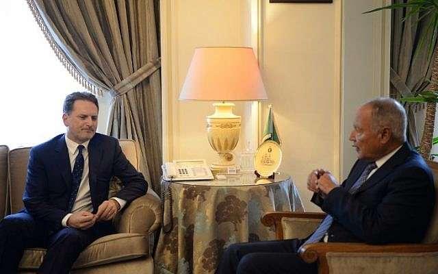 El secretario general de la Liga Árabe, Ahmed Abul Gheit (R), recibe a Pierre Krähenbühl, Comisionado General del Organismo de Obras Públicas y Socorro de las Naciones Unidas para los Refugiados de Palestina (OOPS), en la sede de la Liga Árabe en El Cairo el 10 de septiembre de 2018. (AFP PHOTO / MOHAMED EL-SHAHED)