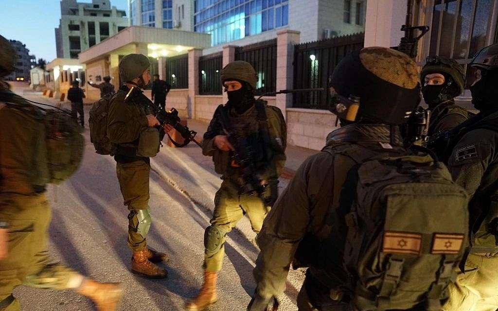 En esta fotografía sin fecha, las tropas israelíes buscan a los terroristas que cometieron un ataque a una parada de autobús en las afueras del asentamiento de Ofra en Cisjordania, cerca de Ramallah, en el que resultaron heridos siete israelíes, incluida una mujer embarazada, el 9 de diciembre de 2018. (Fuerzas de Defensa de Israel)