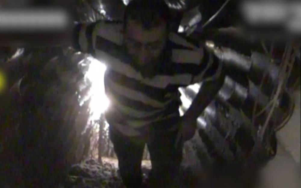 Un miembro de Hezbolá camina por un túnel excavado en territorio israelí desde el sur del Líbano el 4 de diciembre de 2018. (Captura de pantalla: Fuerzas de Defensa de Israel)