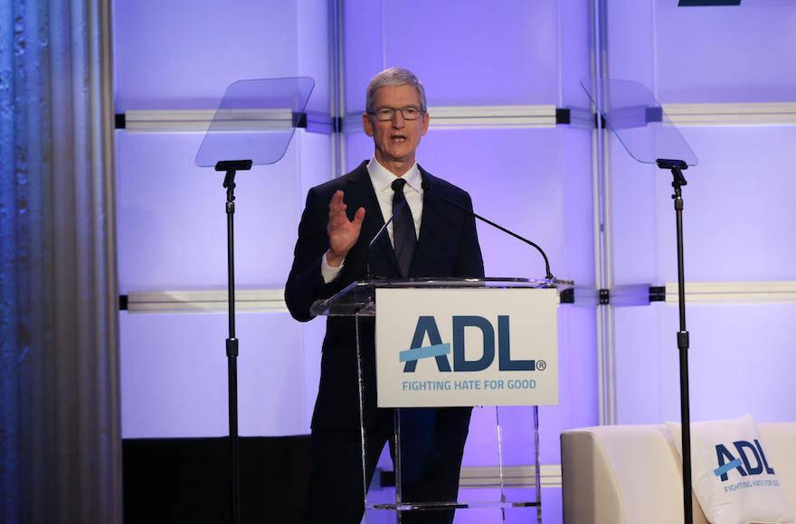 Presidente de Apple habla en hebreo durante su discurso en conferencia sobre antisemitismo