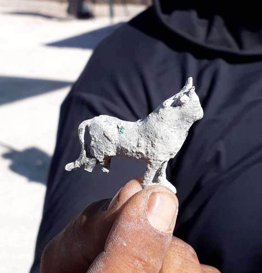 El toro de bronce de la era romana en miniatura fue descubierto en la base de una piscina del siglo III en el Parque Nacional Zippori.(Tsvika Tsur / Autoridad de Parques y Naturaleza de Israel)