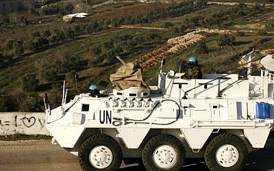 Un agente de la paz español de la FPNUL conduce un vehículo blindado en la ciudad libanesa de Adaisseh, cerca de la frontera con Israel, el 19 de enero de 2015. (AFP / Mahmoud Zayyat)