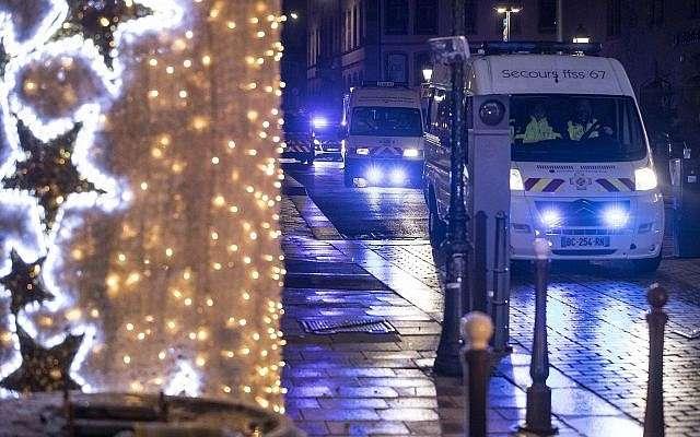 Los vehículos policiales se mueven en el centro de la ciudad de Estrasburgo después de un tiroteo, el 11 de diciembre de 2018. (Jean-Francois Badias / AP)