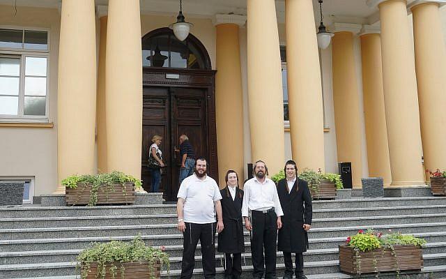 Yossi Blak, izquierda, y otros viajeros de Israel visitan el Hotel Ilan de Lublin, 5 de septiembre de 2018. (Cnaan Liphshiz / JTA)