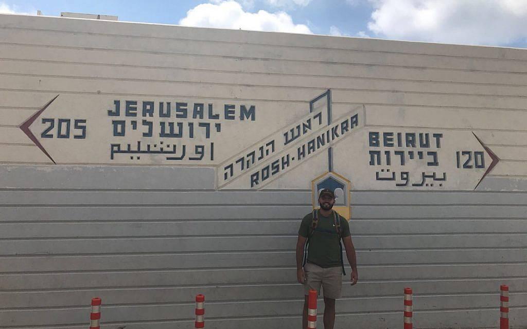 Zachary Zeff se encuentra frente a un cartel que señala a Jerusalem, Rosh Hanikra y Beirut.(Cortesía)