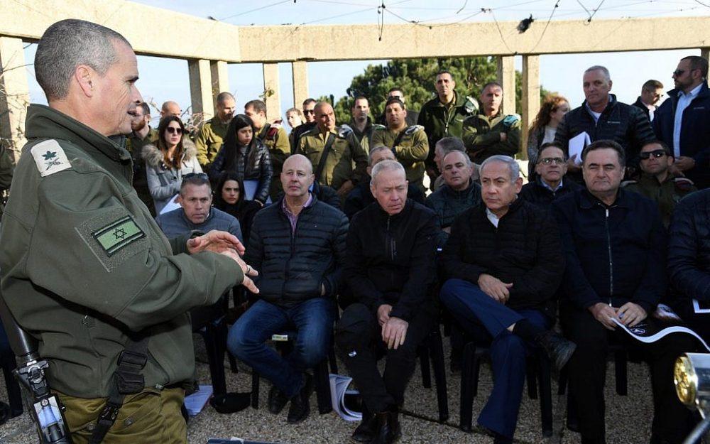 El primer ministro Benjamin Netanyahu (2do-R) y otros miembros del gabinete de seguridad reciben una reunión informativa del mayor general Yoel Strik (L), jefe del Comando Norte de las FDI, durante una visita a la frontera norte el 25 de diciembre de 2018. (Haim Tzach / GPO)