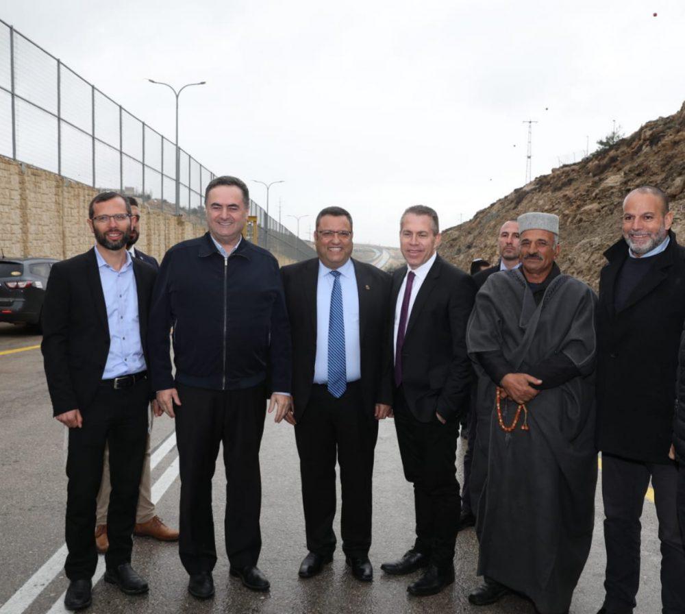 """En la nueva Ruta 4370 están, comenzando en segundo lugar desde la izquierda: el Ministro de Transporte de Israel, Israel Katz, el Alcalde de Jerusalén, Moshe Lion, el Ministro de Seguridad Interna, Gilad Erdan, el """"mukhtar"""" (líder espiritual musulmán) de Anata y el líder empresarial retirado Akram Abdel- Rachman Crédito: Cortesía."""