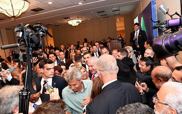 El primer ministro Benjamin Netanyahu y su esposa Sara en Río de Janeiro asisten a un evento con líderes de la comunidad judía brasileña, 30 de diciembre de 2018 (Avi Ohayun / GPO)