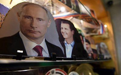 Una fotografía tomada el 17 de marzo de 2018 muestra retratos del presidente ruso Vladimir Putin, el presidente sirio Bashar al-Assad y el líder libanés de Hezbolá Hassan Nasrallah en una joyería en la ciudad de Aleppo, en el norte de Siria. (Foto AFP / George Ourfalian)