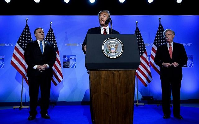 El presidente de los Estados Unidos, Donald Trump (C), está acompañado por el secretario de Estado de los Estados Unidos, Mike Pompeo (L), y el asesor de seguridad nacional de los Estados Unidos, John Bolton (R), durante su conferencia de prensa en el segundo día de la cumbre de la Organización del Tratado del Atlántico Norte (OTAN) en Bruselas, el 12 de julio de 2018. (AFP PHOTO / Brendan Smialowski)