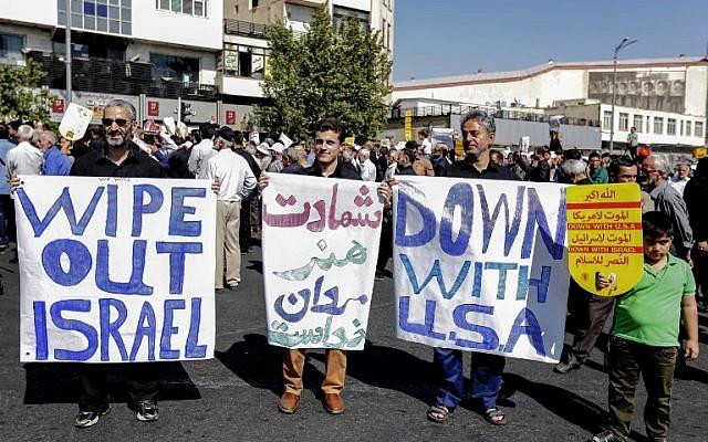 Los iraníes levantan letreros en contra de los Estados Unidos y en contra de Israel durante una manifestación después de la oración semanal del viernes musulmán en la capital, Teherán, el 28 de septiembre de 2018. (AFP / STRINGER)