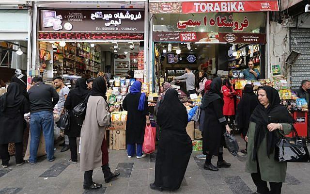 Los iraníes compran en el gran bazar de Teherán, la capital, el 3 de noviembre de 2018. (ATTA KENARE / AFP)