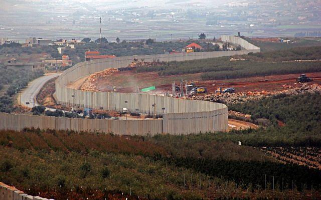 Esta fotografía tomada el 4 de diciembre de 2018 desde la aldea sur de Líbano, Kfar Kila, muestra una vista de la maquinaria israelí que opera detrás del muro fronterizo en Israel. (Ali Dia / AFP)