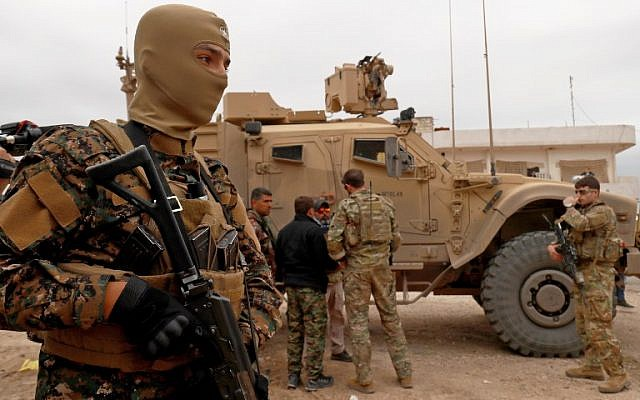 En este archivo del 4 de noviembre de 2018, las fuerzas estadounidenses patrullan la ciudad kurda de Al-Darbasiyah en el noreste de Siria. (Delil Souleiman / AFP)