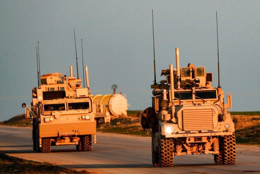 Los vehículos tácticos del Cuerpo de Marines de EE. UU. Se ven conduciendo a lo largo de una carretera cerca de la ciudad de Tal Baydar en el campo de la provincia de Hasakeh, noreste de Siria, el 21 de diciembre de 2018. (Delil Souleiman / AFP)
