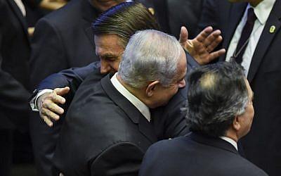 El recién juramentado presidente de Brasil, Jair Bolsonaro (C), saluda al primer ministro Benjamin Netanyahu (L), durante su ceremonia de inauguración, en el Congreso Nacional de Brasilia el 1 de enero de 2019. (Nelson Almeida / AFP)