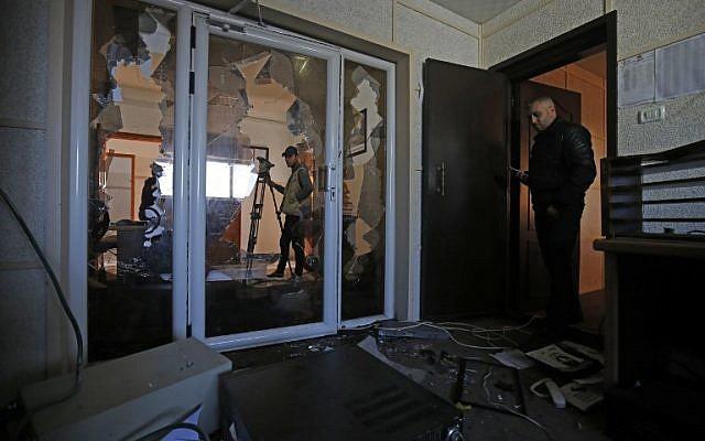 Un empleado de las estaciones de radio y televisión administradas por la Autoridad Palestina inspecciona los daños en uno de los estudios el 4 de enero de 2019, luego de que hombres armados allanaron el edificio en la ciudad de Gaza. (Dijo Khatib / AFP)