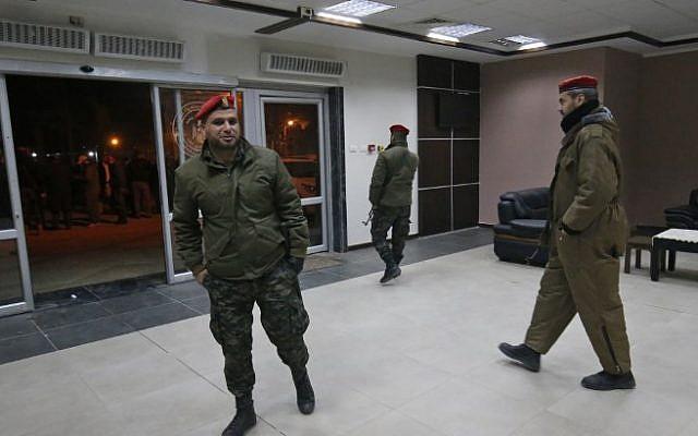 Las fuerzas de seguridad palestinas leales a Hamas caminan en el cruce fronterizo de Rafah con Egipto el 7 de enero de 2019. (Dijo KHATIB / AFP)