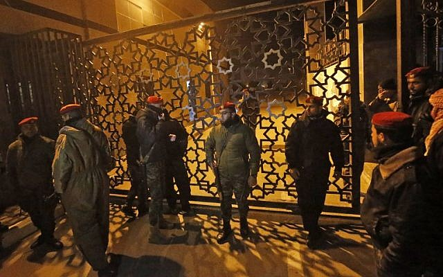 Las fuerzas de seguridad palestinas leales a Hamas (R) montan guardia fuera del cruce fronterizo de Rafah con Egipto, justo unos minutos antes de que la Autoridad Palestina retire a su personal (L) del cruce fronterizo de Rafah con Egipto el 7 de enero de 2019. (Dijo KHATIB / AFP)