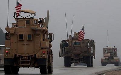 En esta foto del 30 de diciembre de 2018, se muestra una línea de vehículos militares estadounidenses en la ciudad de Manbij, en el norte de Siria. (Delil Souleiman / AFP)