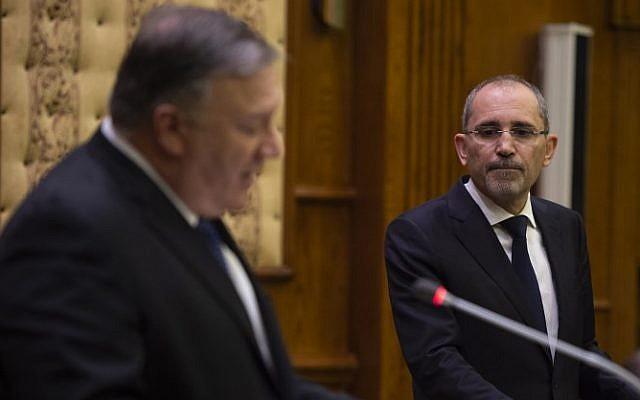 El Secretario de Estado de los EE. UU., Mike Pompeo (L), celebra una conferencia de prensa con el Ministro de Relaciones Exteriores de Jordania, Ayman Safadi, en Ammán el 8 de enero de 2019 (ANDREW CABALLERO-REYNOLDS / POOL / AFP)