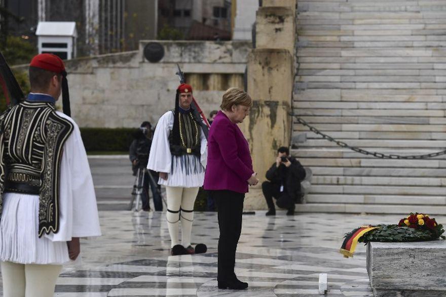La canciller alemana, Angela Merkel, rinde homenaje en la Tumba del Soldado Desconocido en Atenas el 11 de enero de 2019 (Aris Messinis / AFP)