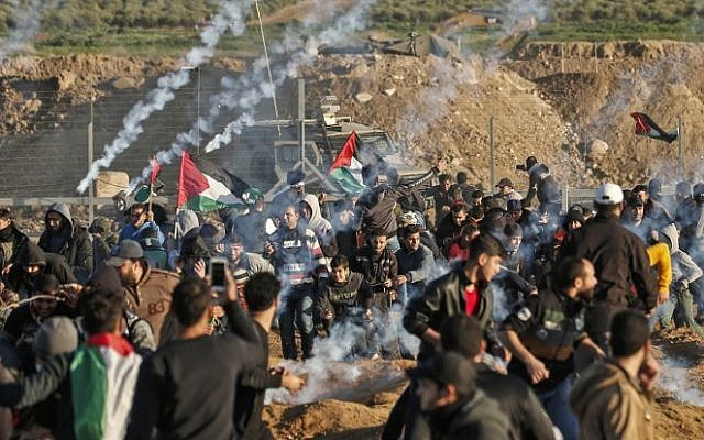 Choques entre los palestinos y las fuerzas israelíes a través de la valla fronteriza Gaza-Israel, 11 de enero de 2019. (Mahmud Hams / AFP)