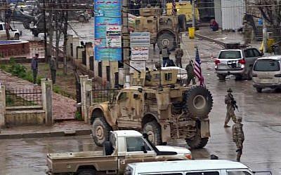Una captura de imagen tomada de un video obtenido por AFPTV el 16 de enero de 2019, muestra a las tropas estadounidenses reunidas en el lugar de un ataque suicida en la ciudad de Manbij, en el norte de Siria. (AFP)