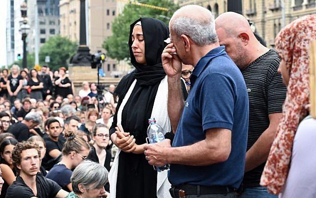 Las personas asisten a una vigilia en memoria del estudiante israelí asesinado Aiia Maasarwe en Melbourne, el 18 de enero de 2019. (Allan LEE / AFP)