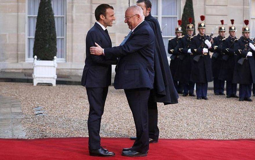 El presidente Reuven Rivlin, a la derecha, es recibido por el presidente francés Emmanuel Macron a su llegada al Palacio del Elíseo en París el 23 de enero de 2019. (Ludovic MARIN / AFP)