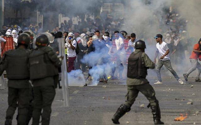 Los manifestantes de la oposición se enfrentan a las fuerzas de seguridad durante una protesta contra el gobierno del presidente Nicolás Maduro en el aniversario del levantamiento de 1958 que derrocó a la dictadura militar en Caracas, Venezuela, el 23 de enero de 2019. (Yuri Cortez / AFP)