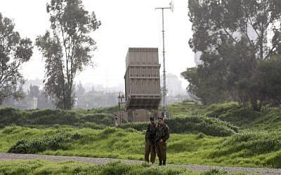 Los soldados israelíes están parados cerca de una batería del sistema de defensa de misiles Iron Dome desplegado en Tel Aviv el 24 de enero de 2019. (Menahem Kahana / AFP)