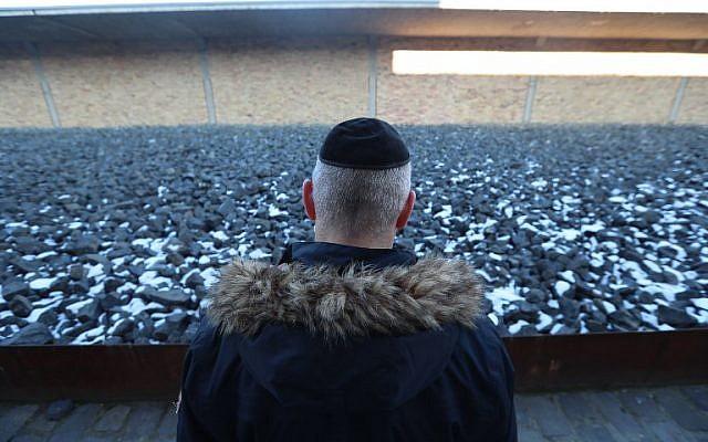 """Un hombre visita el nuevo museo de Holocausto """"House of Fates"""", ubicado en lo que fue la antigua estación de tren """"Jozsefvarosi"""" en Budapest el 21 de enero de 2019. (Ferenc Isza / AFP)"""
