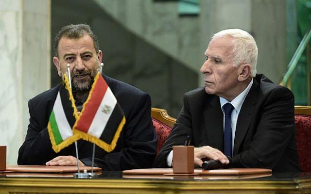 El Azzam al-Ahmad de Fatah, a la derecha, y Saleh al-Arouri, a la izquierda, de Hamas hablan con los periodistas después de firmar un acuerdo de reconciliación en El Cairo el 12 de octubre de 2017, cuando los dos movimientos palestinos rivales terminaron su división de una década luego de las negociaciones supervisadas por Egipto. (AFP / Khaled Desouki)