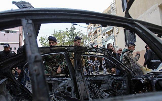 Las fuerzas de seguridad libanesas revisan un vehículo dañado después de la explosión de un coche bomba en la ciudad portuaria de Sidon, en el sur de Líbano, el 14 de enero de 2018. (AFP PHOTO / Mahmoud ZAYYAT)