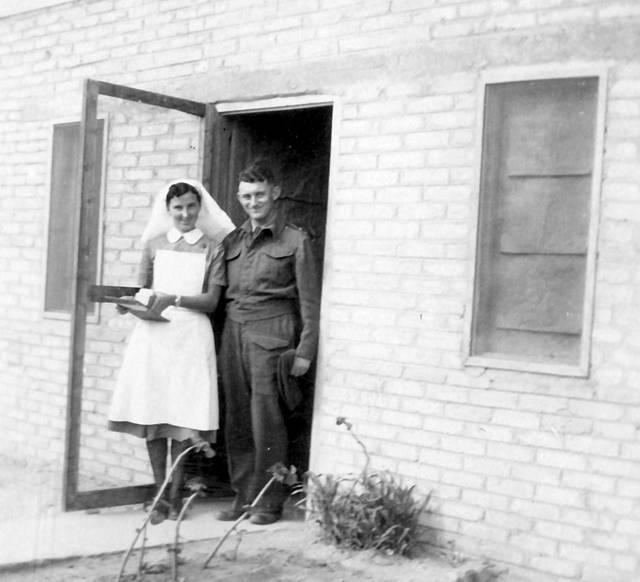 En la clínica militar en un campamento militar en Egipto (Dr. Rudy Goldstein con una enfermera en la entrada de la clínica), 1942. La Colección Bitmuna