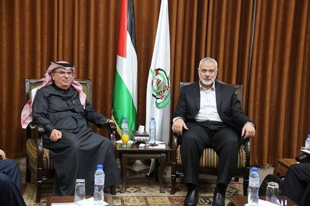 El enviado de Qatar, Mohammed Al-Emadi, se reúne con el líder de Hamas, Ismail Haniyeh, en la ciudad de Gaza, el jueves.