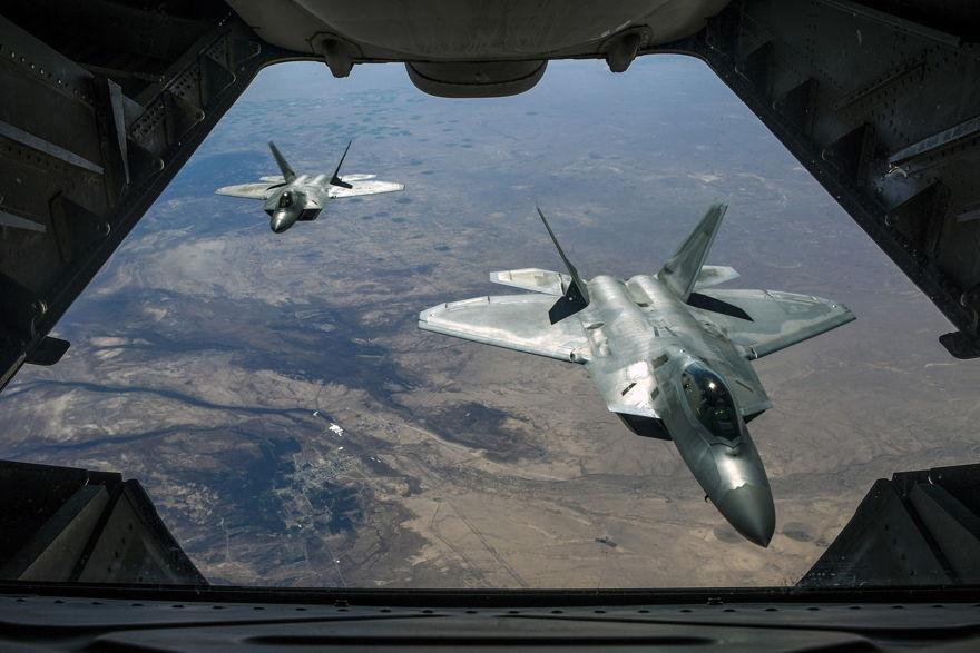 Dos Raptors F-22 de la Fuerza Aérea vuelan sobre Siria, el 2 de febrero de 2018, mientras apoyan la Operación Inherente de resolución. (Guardia Nacional Aérea de EE. UU. / Sargento de personal Colton Elliott)