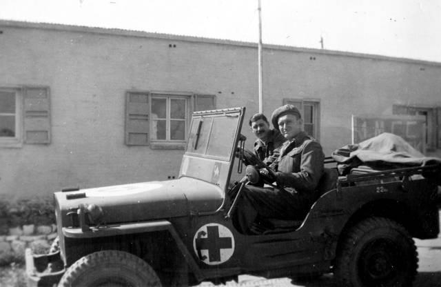 'Egipto - Mi vehículo', 1946. Foto: Dr. Rudy Goldstein (visto conduciendo un automóvil en la imagen). La colección de bitmuna