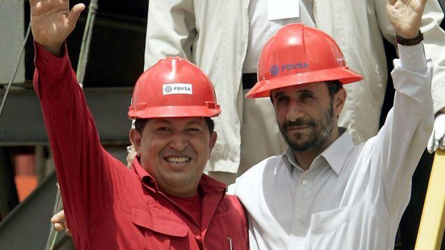 ARCHIVO: en esta foto de archivo del 18 de septiembre de 2006, el presidente de Venezuela, Hugo Chávez, a la izquierda, y el presidente de Irán, Mahmoud Ahmadinejad, saludan a la prensa después de inaugurar un simulacro de petróleo en San Tomé, Venezuela. El vicepresidente de Venezuela, Nicolás Maduro, anunció el martes 5 de marzo de 2013 que Chávez murió. Chávez, de 58 años, fue diagnosticado por primera vez con cáncer en junio de 2011. (Foto AP / Fernando Llano, Archivo) (AP2006)