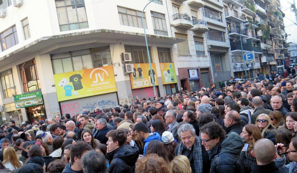 Cada año, miles de personas se reúnen para recordar el atentado de AMIA en Buenos Aires el 18 de julio de 1994, que dejó 85 muertos y más de 300 en el ataque terrorista más mortífero de Argentina hasta la fecha. 18 de julio de 2014. Crédito: Jaluj / Wikimedia Commons.