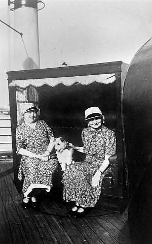Las hermanas Gusti [Hansen] y Betty Unger a bordo del barco de refugiados judíos St. Louis en ruta a Cuba en 1939. Los cubanos rechazaron el barco. Lo mismo hicieron todos los demás países de las Américas, incluido Estados Unidos. (Cortesía de David Unger)