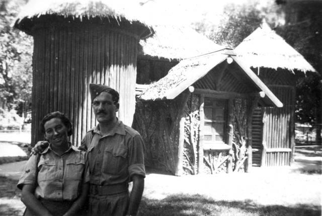 Haviva Reik y Zvi Ben-Yaakov en el Zoológico de El Cairo, 1944. Foto: Rafael Reiss, la Colección Bitmuna. Colección Bitmuna