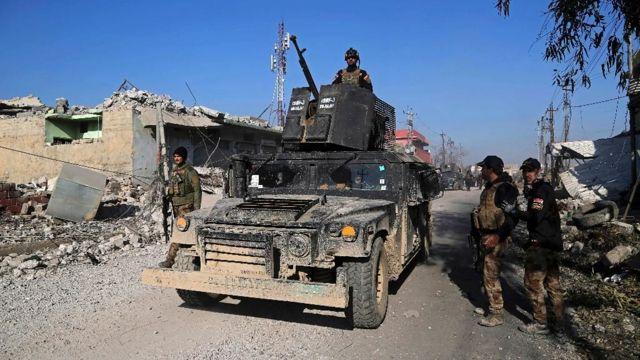 Las fuerzas antiterroristas de élite de Irak inspeccionan las defensas después de recuperar el control del vecindario Quds de Mosul, Irak, el lunes 2 de enero de 2017. (Foto de AP / Khalid Mohammed) (The Associated Press)