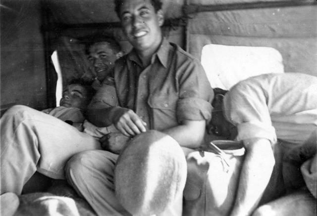 Rafael Reiss y sus amigos en el camino desde El Cairo a un permiso para regresar a casa en Palestina obligatoria, 1944. Foto: Rafael Reiss, la Colección Bitmuna. Colección Bitmuna