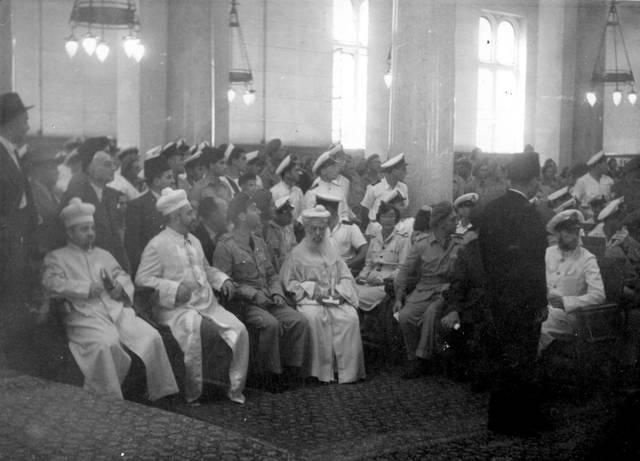 En la sinagoga de Alejandría el día de VE, 8 de mayo de 1945. Fotografía: Rudy Goldstein, la Colección Bitmuna. Colección Bitmuna