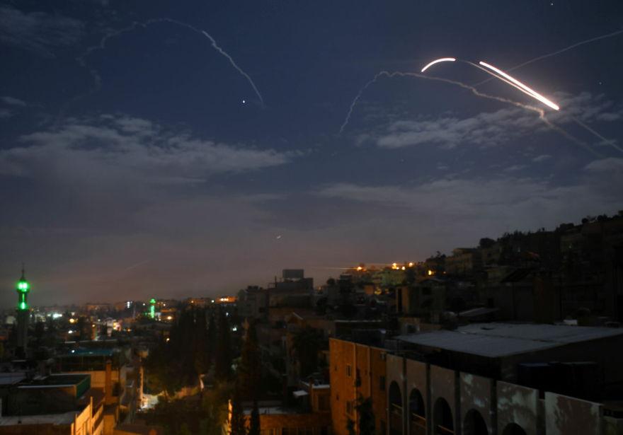 Las baterías de la defensa aérea siria respondieron a lo que los medios estatales sirios dijeron que eran misiles israelíes que apuntaban a Damasco, en una fotografía tomada el 21 de enero de 2019. (Crédito de la foto: STR / AFP)