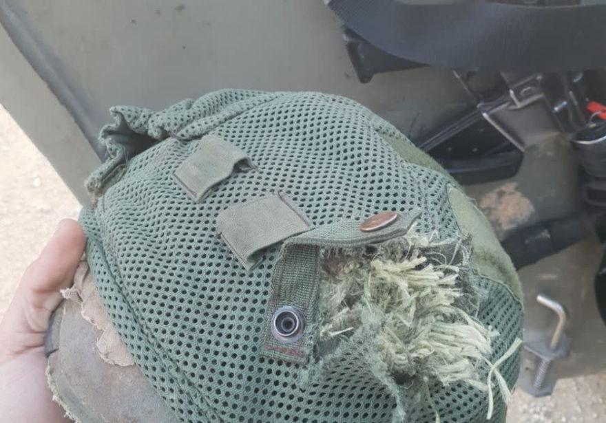 Casco del soldado IDF golpeado por disparos terroristas en la frontera de Gaza. (Crédito de la foto: IDF SPOKESPERSON'S UNIT)